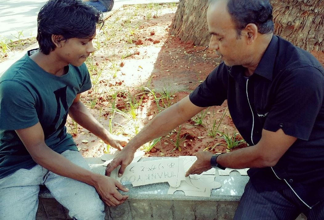ジグソーパズルをするインド人